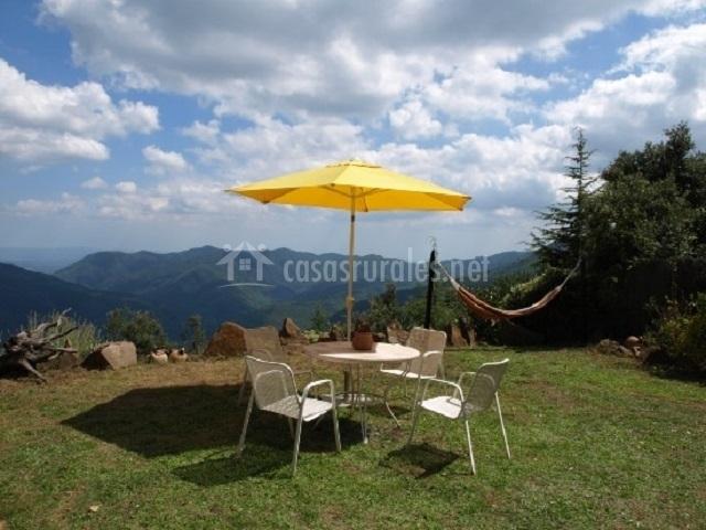 Jardín con muebles y hamaca