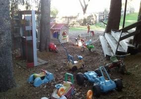 Zona exterior con juguetes para niños