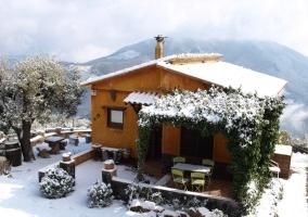 Entrada y porche con nieve