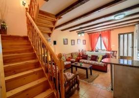 Acceso principal a la vivienda con hall y mueble aparador