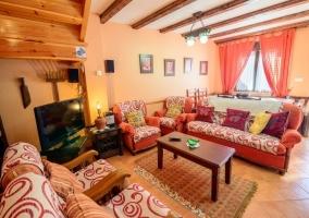 Sala de estar amplia con cocina y escaleras