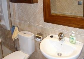 Aseo de la casa con su ducha y el espejo