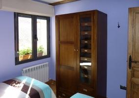 Dormitorio doble con ventana y armarios en madera