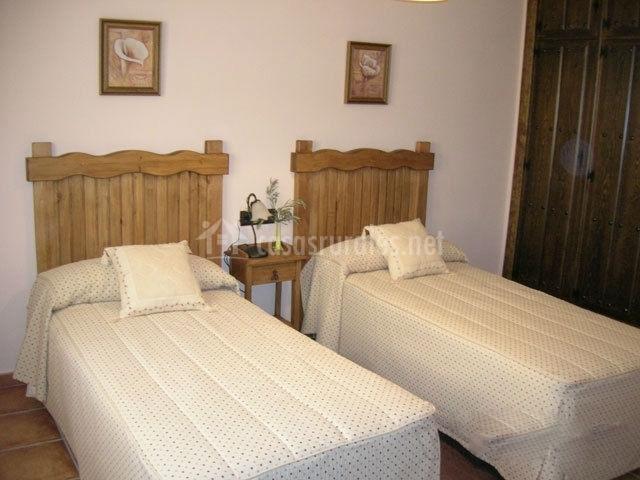 Dormitorio con dos camas individuales y cabeceros de madera