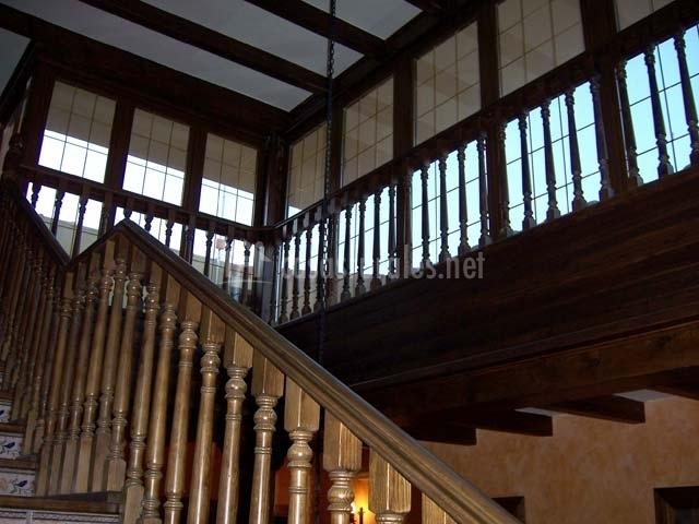 Escaleras con grandes ventanales
