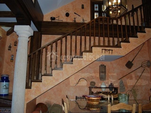 Escaleras de madera con mesa