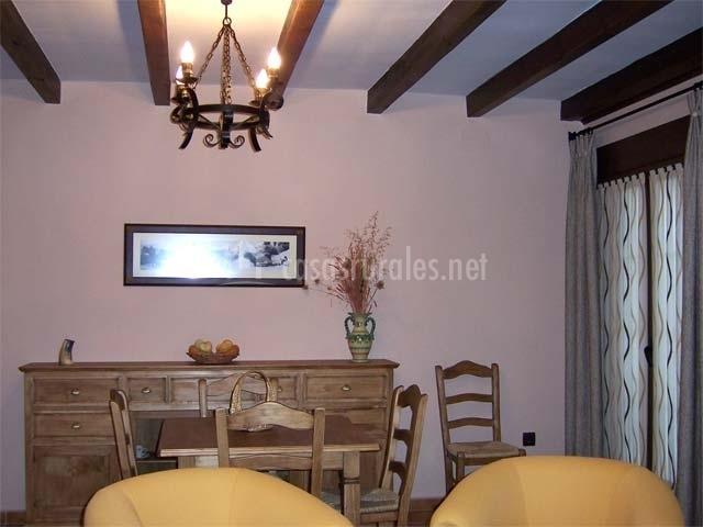 Zona de estar con sillones, mesa y sillas