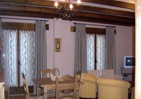 Comedor con distinto mobiliario y cortinas