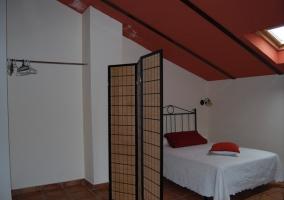 Dormitorio abuhardillado rojo con biombo