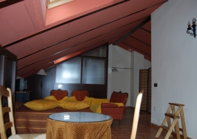 Dormitorio rojo abuhardillado. Sala de estar