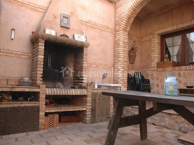 Barbacoa y mesa exterior