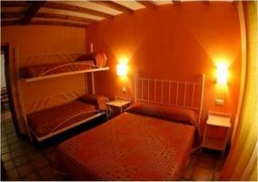 Dormitorio con cama doble y literas