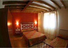 Dormitorio doble  con armarios de madera
