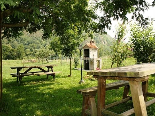 El jornu en cangas de onis asturias for Bancos merenderos de madera