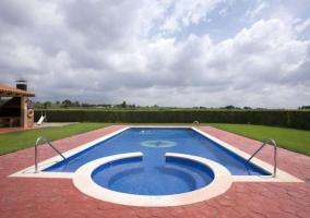 Vista lateral de la piscina y la casa rural