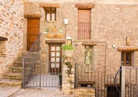 Acceso a la vivienda con escaleras y balaustrada