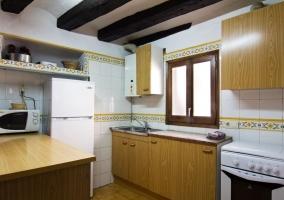 Cocina con su conjunto de armarios de madera