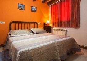 Dormitorio doble colorido con paredes naranjas