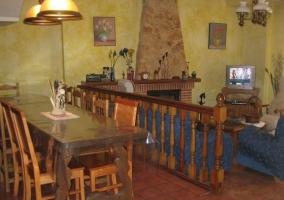 Comedor y salón con chimenea