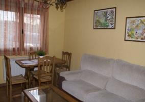 Salón con chimenea en amarillo