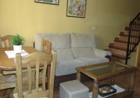 Salón en amarillo con mesa de comedor