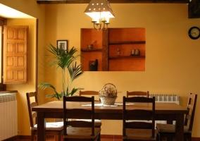 Cocina equipada en madera y electrodomésticos blancos de la casa rural