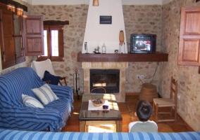 Salón con chimenea y pared de piedra.JPG