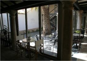 Interior y exterior del patio central de la casa rural