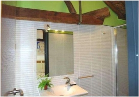 Baño muy moderno con ducha y espejo