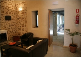 Sala con acceso al comedor de la casa rural