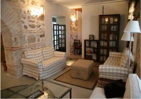 Salón totalmente equipado con pared y arco de piedra