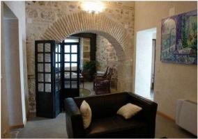 Salon con decoración en las paredes y calefacción