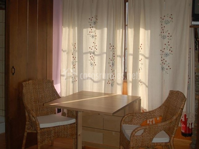 Mesa y sillas junto a la ventana