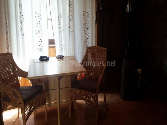 Salón con mesita y sillas