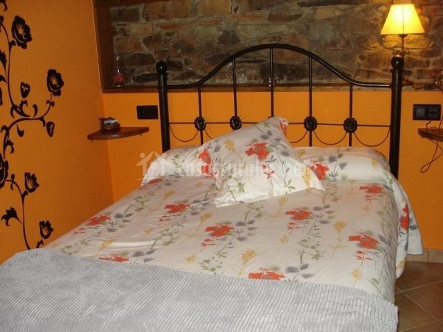 Dormitorio con cama de matrimonio y paredes color amarillo
