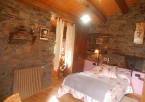 Habitación de matrimonio con radiador marrón