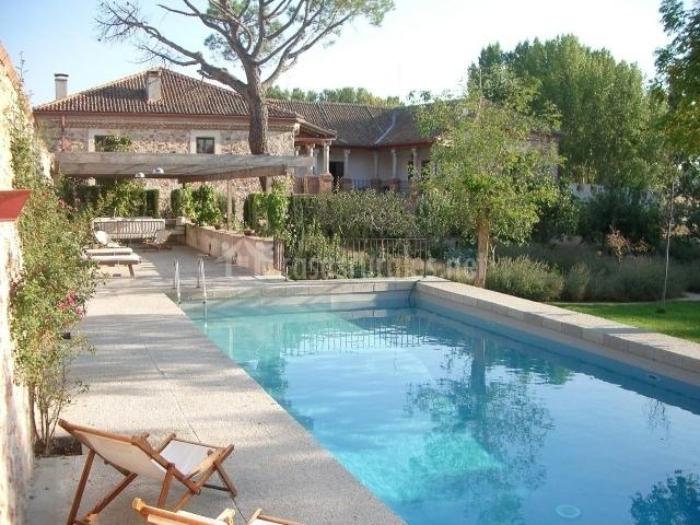 Palacio de hoyuelos ala de naciente casas rurales en for Piscinas privadas madrid