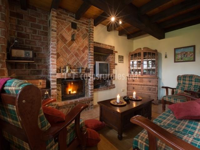 Casa la cuesta en sograndio oviedo asturias for Casa rural con chimenea asturias