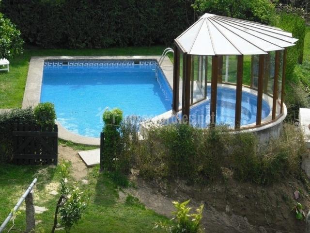 Casa rural os carballos en barro pontevedra for Casa rural con piscina cubierta