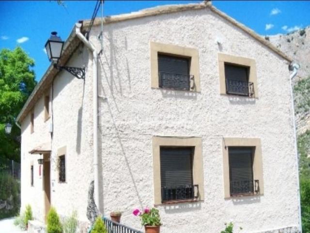 Acceso a los alojamientos y la fachada en blanco