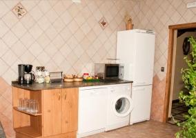 Cocina de la casa rural con muebles de madera y vitrocerámica