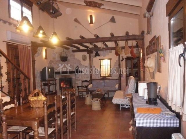 Salón comedor con chimenea y mesa de madera