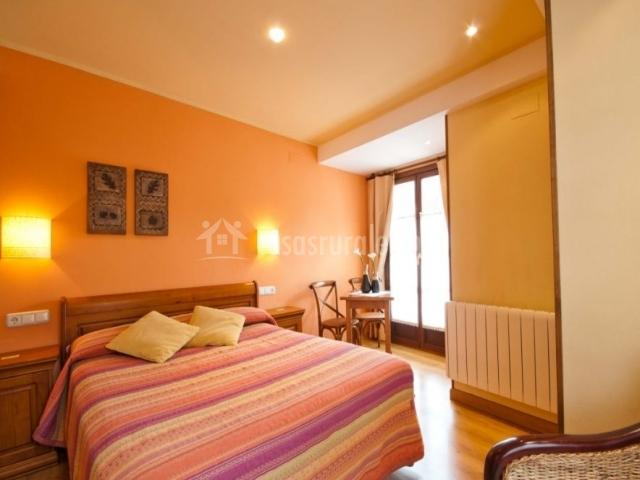 Hotel rural la plaza en campo de caso asturias - Habitaciones color naranja ...