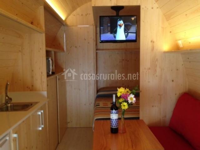Cocina y sala de estar con el dormitorio al fondo