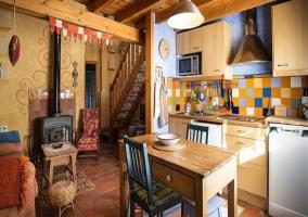 Cocina con mobiliario