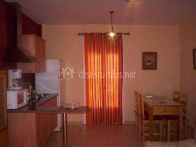 Cocina y mesa de comedor con sillas del apartamento