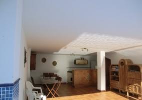 Piscina exterior con zona techada y ducha