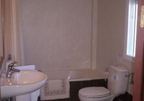 Aseo con bañera, lavabo e inodoro en el apartamento