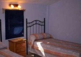 Dormitorio con camas individuales en apartamento superior