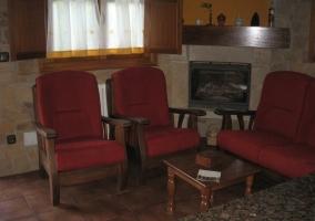 Salón de la casa con chimenea
